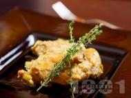 Задушено заешко месо в сос от горчица, лук, сметана, мащерка и бяло вино